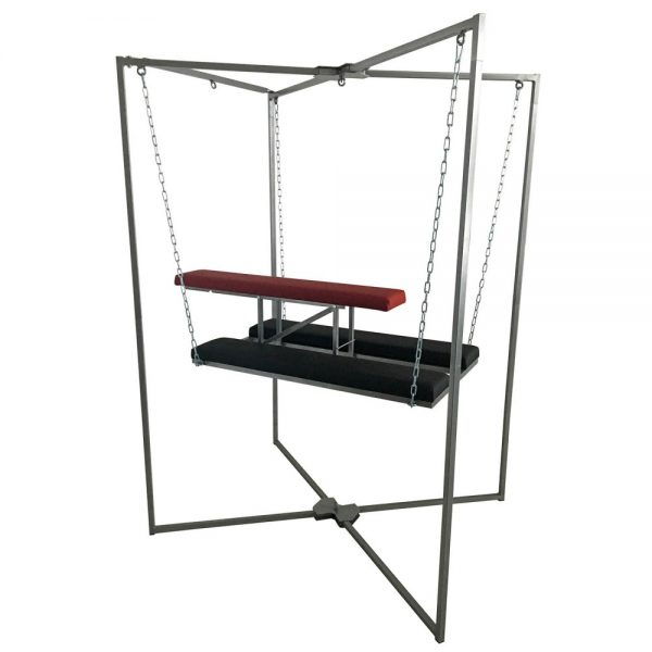 Playroom - Banc Doggy Sling accroché au support de sling position ouverte vue d'ensemble