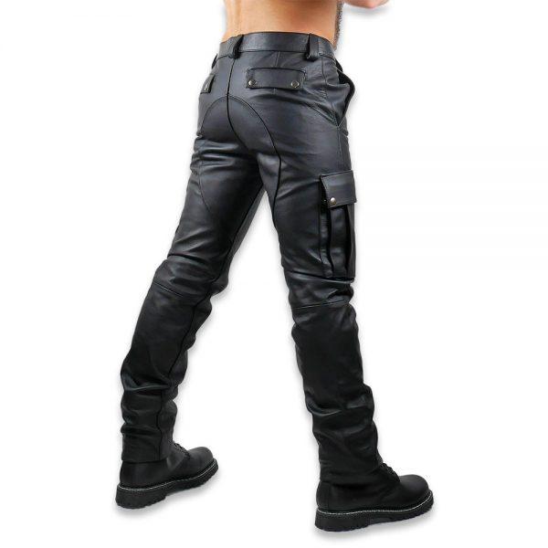Cuir - Une production Rex - Pantalon treillis en cuir de cheval. Vue de profil.